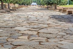 Italica Santiponce, Andulucia, Seville, Hiszpania, 04 05 2017 Kamienny bruk przy główną ulicą antyczny Romański miasto Italica zdjęcie royalty free