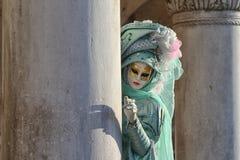 """Italien †""""Venezia - karneval - maskering och kolonn Arkivfoto"""