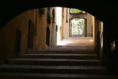 Italien. Alte Straße unter einem Bogen Stockbild
