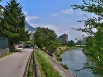 Italien-Ansicht des Schlosses ACRO und des Flusses Sarca Stockbilder