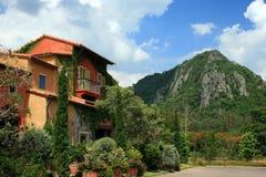 Italien-Artgebäude im schönen Garten Stockbilder