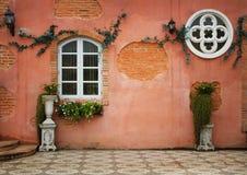 Italien-Artweinlese der schönen orange Gebäude alte Stockfotos