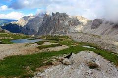 Italien-Berg mit See und Gras Lizenzfreie Stockfotos