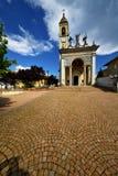 Italien cairate varese den gamla klockan för klocka för väggterrasskyrka Royaltyfria Bilder