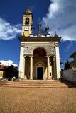Italien det gamla tornet för klocka för klocka för väggterrasskyrka Arkivbild