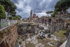 Italien Die Ruinen Roman Forums im Herzen der alten Stadt lizenzfreie stockfotos