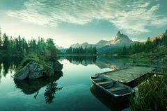 Italien Dolomites - den härliga sjön på gryning som avslöjer en värld för blåaktig gräsplan Royaltyfri Foto