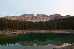 Italien Dolomites, Karersee Arkivbilder