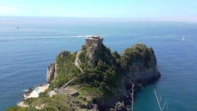 Italien dominerade den lilla slotten på en halvö någonstans Royaltyfri Bild