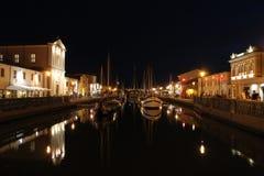 Italien Emilia-Romagna Cesenatico Kanal mit Schiff auf horizontaler Ansicht des schwarzen Himmelhintergrundes nacht stockfoto