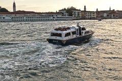 Italien fartyg transporterar folk i den Venetian lagun Fotografering för Bildbyråer