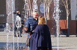 Italien - Februari 01, 2015: Turister tar selfie med pinnen på den San Marco fyrkanten in, Venedig Royaltyfri Foto