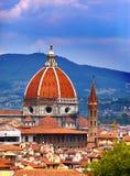 Italien. Florence. Domkyrka Santa Maria del Fiore mot den molniga himlen Royaltyfri Fotografi