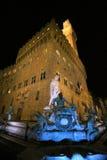 Italien, Florence, Palazzo Vecchio och Neptunspringbrunn på nigt Arkivfoto