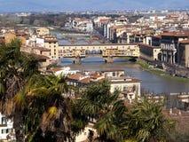 Italien, Florence, Ponte Vecchio och Arno flod arkivbilder