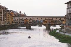 Italien, Florenz, am 18. Juli 2013 Brücke Ponte Vecchio in Florenz, Italien alte Brücke über dem der Arno-Fluss Lizenzfreie Stockfotografie