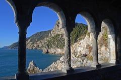 Italien forntida portik i Porto Venere som förbiser havet royaltyfria foton