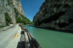 Italien gola del furlo - candiglianoflod nära urbino Arkivfoto
