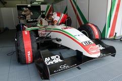 Italien-Grubenbesatzung des Team-A1 prüfen das Auto Stockbild
