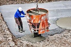 Italien im März 2013: Tischler bei der Arbeit über Standort führt strömendes O durch Stockbild