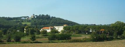 Italien. Italienischer Weinberg mit Landhaus und Schloss stockfotos