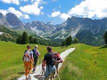 Italien 18 Juli 2014, den turist- familjen från Tyskland på UNESCOdolomitien dolomiten dolomitesdolomitetberget Arkivfoto