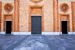Italien lombardy den gamla kyrkan för vergiate stängde tegelstentornet Royaltyfri Foto
