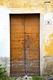 Italien lombardy i PA för milano gammalt kyrkligt dörrgräs Arkivbilder