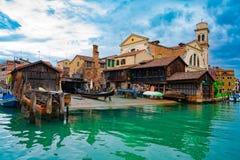 Italien - 20. Mai 2019: Ansicht über Kanal mit Gondelboot und Motorbootwasser/Fluss stockfotos