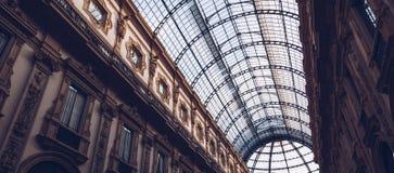 ITALIEN MILAN - November 2018: inre sikt för exponeringsglastak av Vittorio Emanuele II royaltyfria foton