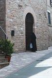 Italien: Nonne kommt in das alte Kloster herein lizenzfreies stockbild
