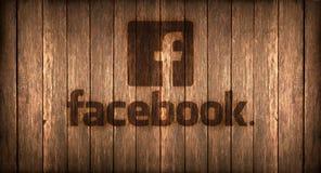 Italien november 2016 - den Facebook logoen skrivev ut på brand på ett trä Fotografering för Bildbyråer