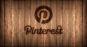 Italien november 2016 - den Pinterest logoen skrivev ut på brand på ett trä Arkivfoton
