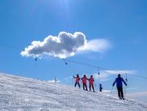 Italien-Piedmont Stresa Mottarone-09-02-2013-skiers skidar överst av Royaltyfri Bild