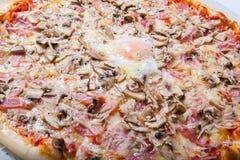 Italien pizza med äggulaskinka plocka svamp på en vit bakgrund Fotografering för Bildbyråer