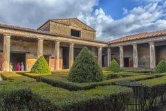 Italien Pompei, 02,01,2018 peristylen (trädgård) av casaen arkivbild