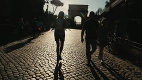 Italien, Rom, Touristen, die Palatine-Hügel und Roman Forum besuchen steadicam Schuss stock footage