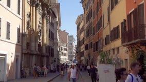 Italien Rome - Circa Maj 2018: Den italienska gatan med kaféer och shoppar Folkturister som omkring går arkivfilmer