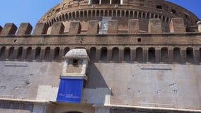 ITALIEN ROME - CIRCA Maj 2018: Sikt från bron av den Sant `-Angelo slotten Folkturister som omkring går stock video