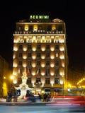 Italien Rome - hotell Bernini på natten från över gatan royaltyfri bild