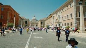 ITALIEN ROME, Juni 2017: Sikt av den berömda kyrkan för St Peter ` s i Rome steadicamskott arkivfilmer