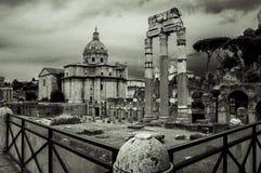 Italien Rome, kolonnad av forum och kyrkliga Santissimi Nome di Maria al Foro Traiano royaltyfri fotografi