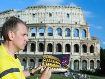 Italien. Rome. Mankonstnären tecknar Colosseumen. arkivbild