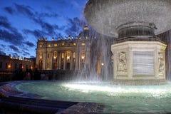 Italien - Rome - springbrunn i den StPeter fyrkanten Arkivfoton
