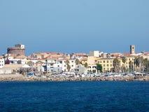 Italien, Sardinien, Portoscuso, Ansicht des Hafens vom Meer stockfotografie