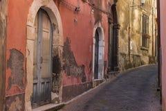 Italien Sicilien: De gamla gatorna av Acireale Arkivfoton