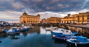 Italien Sicilien, Syracuse gamla stadfartyg på blå timme för port arkivfilmer