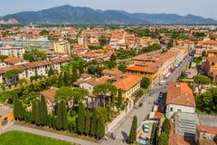 Italien: sikt av den gamla staden av Pisa från det lutande tornet Royaltyfri Foto