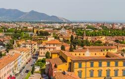Italien: sikt av den gamla staden av Pisa från det lutande tornet Arkivbild
