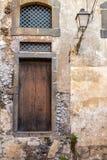 Italien: sikt av den lantliga gamla dörren Royaltyfria Bilder